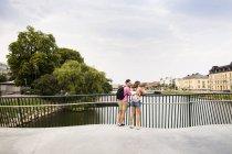 Freunde stehen auf Fußgängerbrücke — Stockfoto