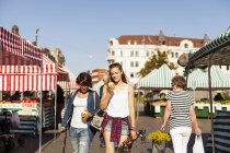 Mädchen halten Äpfel in der Hand und gehen — Stockfoto