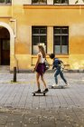 Meninas andando de skate na rua — Fotografia de Stock