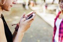 Дівчина за допомогою смартфона в стежка — стокове фото
