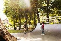 Девочки-подростки катаются на скейтборде — стоковое фото