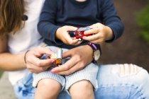 Mutter und Sohn mit Spielzeug spielen — Stockfoto