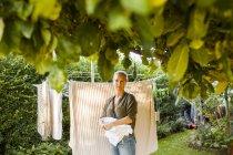 Frau hängt Wäsche an Wäscheleine — Stockfoto