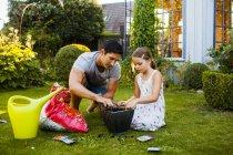 Vater und Tochter beim Eintopfen von Samen — Stockfoto