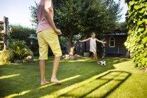 Брат и сестра, играет в футбол — стоковое фото