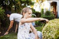 Mädchen-Beschneidung-Pflanze mit Vater — Stockfoto