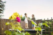 Madre e figlia che saltano sul trampolino — Foto stock