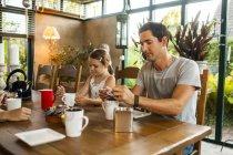 Família de três tomando café da manhã — Fotografia de Stock