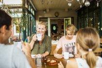Eltern und Kinder frühstücken — Stockfoto