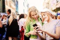 Femmes utilisant un téléphone portable — Photo de stock