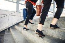Imprenditrici con bagagli che camminano sulle scale — Foto stock