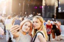 Les jeunes femmes prennent selfie — Photo de stock
