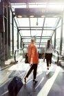 Бізнес-леді йде у напрямку ескалатора — стокове фото