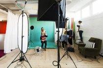 Модель моды в подготовке к фотосессии — стоковое фото