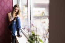 Підліткові моделі за допомогою смартфона — стокове фото