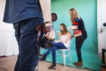 Fotógrafo con cámara y modelo en la preparación - foto de stock