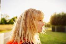 Спортсменка в парке на закате — стоковое фото