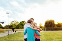 Männliche und weibliche Freunde im park — Stockfoto