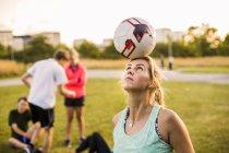 Balle d'équilibrage de femme sur la tête — Photo de stock