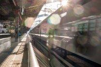 Синкансэн поезда, прибывающие на станцию — стоковое фото