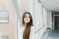 Retrato de estudiante femenino de los medios de comunicación permanente - foto de stock