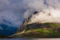 Nuvole che coprono montagne rocciose — Foto stock