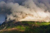 Nuages couvrant des montagnes Rocheuses — Photo de stock