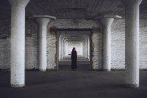 Mulher de pé na antiga fábrica — Fotografia de Stock
