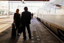Gente di affari alla stazione della ferrovia — Foto stock