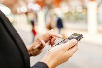 Donna d'affari che utilizza lo smartphone — Foto stock