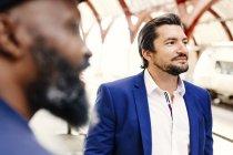 Uomo d'affari in piedi con il collega — Foto stock