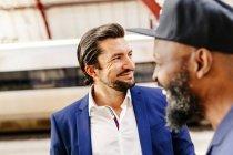Glücklich Geschäftsleute am Bahnhof stehen — Stockfoto