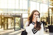 Бизнесмен пить кофе — стоковое фото