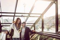 Gente di affari salendo sulla scala mobile — Foto stock