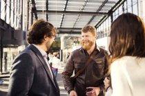 Uomo d'affari felice discutendo — Foto stock