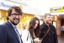 Felici uomo d'affari con i colleghi — Foto stock