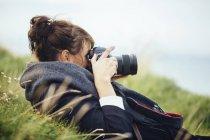 Frau durch Slr-Kamera fotografieren — Stockfoto
