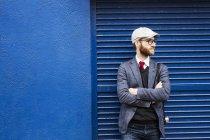 Uomo in piedi braccia incrociate — Foto stock