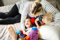 Mère jouant avec les enfants — Photo de stock