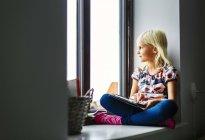 Девушка с цифровым планшетом — стоковое фото