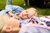Мальчик с сестрой отдыхают во дворе — стоковое фото