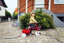 Triciclo de equitação menina — Fotografia de Stock