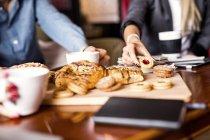 Ділових людей, які мають печиво столом — стокове фото