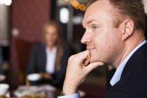 Uomo d'affari con la mano sul mento — Foto stock
