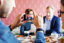 Colleghi che fotografa uomo d'affari — Foto stock