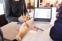 Femme d'affaires travaillant au bureau — Photo de stock