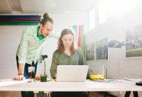 Uomo e donna che lavora — Foto stock