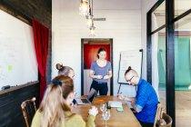 Gente di affari creativi che hanno discussione — Foto stock
