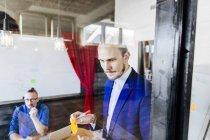 Uomo d'affari premuroso con la penna — Foto stock