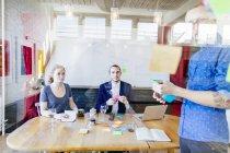 Pessoas de negócios criativos preparar apresentação — Fotografia de Stock